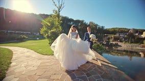 婚礼夫妇去照相机Nature室外近的湖 股票视频
