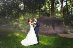 婚礼夫妇临近夏天树荫处 免版税库存图片