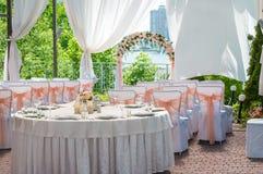 婚礼宴会桌为一个婚礼做准备外面在一个夏日 免版税库存图片
