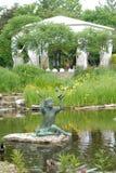 婚礼帐篷和雕象和池塘 库存图片