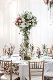 婚礼帐篷装饰的内部准备好客人 服务围绕宴会桌室外在大门罩装饰了花 库存照片