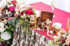 婚礼帐篷装饰的内部准备好客人 服务围绕宴会桌室外在大门罩装饰了花 免版税库存图片