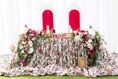 婚礼帐篷装饰的内部准备好客人 服务围绕宴会桌室外在大门罩装饰了花 免版税库存照片