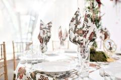 婚礼帐篷装饰的内部准备好客人 服务围绕宴会桌室外在大门罩装饰了花 库存图片
