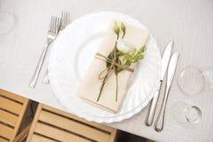 婚礼庆祝的简单,但是豪华富有的桌设置我 库存图片