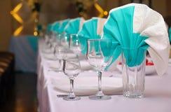 婚礼庆祝的美妙地服务的桌设置 免版税库存图片