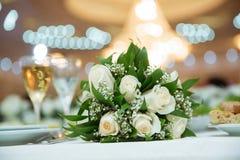 婚礼开花与新婚佳偶夫妇的花束在背景 库存图片