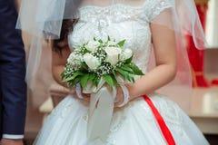 婚礼开花与新婚佳偶夫妇的花束在背景 库存照片