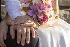 婚礼开花在手新娘和新郎的bouquette 免版税库存图片