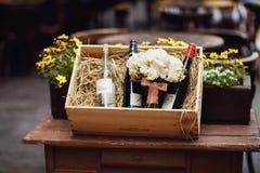 婚礼开花在木酒箱子的花束 库存图片