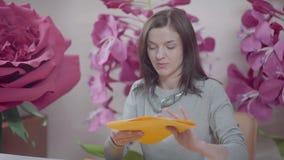 婚礼开花墙壁 大纸花:创造的过程 股票录像
