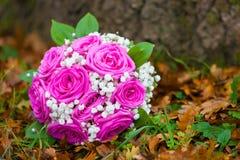 婚礼开花花束桃红色玫瑰 免版税库存照片