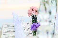 婚礼开花-为美好用餐布置的桌 免版税库存图片