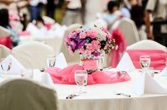 婚礼开花-为美好用餐布置的桌 库存照片