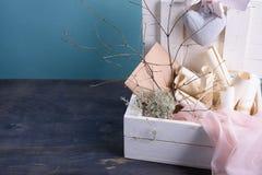 婚礼或华伦泰题材 新娘面纱,邀请纸卷,桃红色丝绸鞋带,信封 文本或对象的空间 库存照片