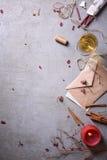 婚礼或情人节背景 浪漫邀请或情书、酒、蜡烛和芳香棍子 复制空间,上面 免版税库存图片