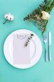 婚礼或豪华晚餐的晚餐菜单 表设置从上面 典雅的空的板材、利器和花 免版税图库摄影