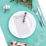 婚礼或豪华晚餐的晚餐菜单 表设置从上面 典雅的空的板材,利器,玻璃和 库存照片