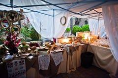 婚礼承办酒席桌用另外食物在室外的晚上 库存照片