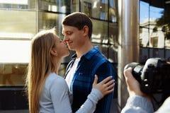 婚礼摄影师为新娘和新郎本质上,摄影师照相行动的 免版税图库摄影