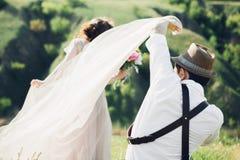 婚礼摄影师为新娘和新郎照相本质上,艺术照片 免版税库存照片