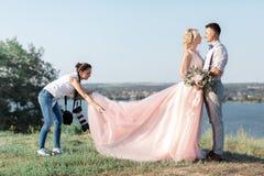 婚礼摄影师为新娘和新郎照相 免版税图库摄影