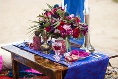 婚礼摩洛哥窗框的桌安排 图库摄影