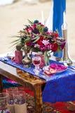 婚礼摩洛哥窗框的桌安排 免版税库存照片