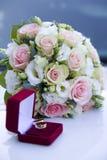 婚礼支柱,圆环,花,婚礼装饰,细节 免版税图库摄影