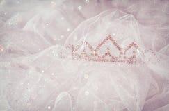 婚礼新娘和面纱葡萄酒冠与闪烁覆盖物 新娘概念礼服婚姻纵向的台阶 图库摄影