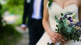 婚礼新娘在城堡前的新郎步行