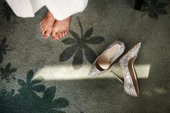 婚礼新娘的鞋子和腿 库存图片