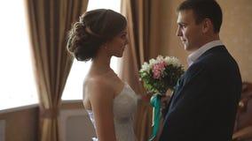 婚礼早晨 新娘和新郎首次会议在新娘公寓在婚礼前 股票录像