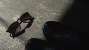 婚礼早晨 新郎早晨 蓝色详细资料花袜带系带婚礼 新郎辅助部件 新郎鞋子 太阳镜 股票视频
