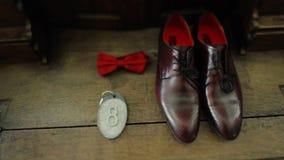 婚礼早晨 新郎早晨 蓝色详细资料花袜带系带婚礼 新郎辅助部件 新郎鞋子 股票视频