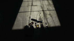 婚礼早晨 新郎早晨 蓝色详细资料花袜带系带婚礼 新郎辅助部件 新郎鞋子 影视素材
