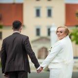 婚礼时髦的夫妇在古老教会里 图库摄影