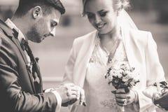 婚礼时髦的夫妇在古老教会里 免版税库存照片