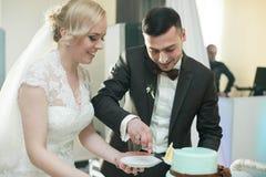 婚礼时髦的夫妇在古老教会里 免版税图库摄影