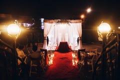婚礼晚上仪式,有蜡烛的地点走道在玻璃lant 免版税库存图片