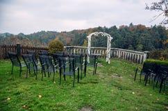 婚礼曲拱和椅子在观点在秋天 库存图片