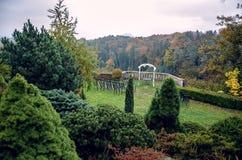 婚礼曲拱和椅子在观点在秋天 库存照片