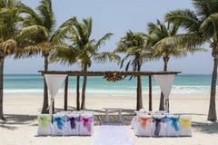 婚礼曲拱和设定在热带海滩天堂-婚礼和蜜月概念 免版税图库摄影