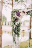 婚礼曲拱的上述部分的特写镜头视图用五颜六色的花和草本装饰的 库存图片
