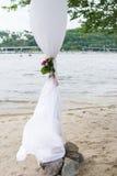 婚礼曲拱的部分与绿叶、牡丹和白色材料的 免版税库存照片