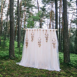 婚礼曲拱装饰 在boho样式装饰的婚礼曲拱 免版税库存图片