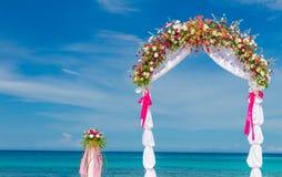 婚礼曲拱,小屋,在热带海滩的眺望台 免版税库存图片