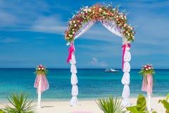 婚礼曲拱,小屋,在热带海滩的眺望台 图库摄影