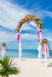 婚礼曲拱,小屋,在热带海滩的眺望台 库存图片
