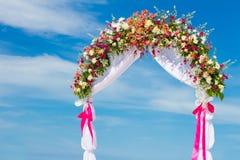 婚礼曲拱,小屋,在热带海滩的眺望台 免版税库存照片